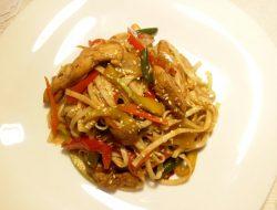 Лапша удон с курицей и овощами в воке рецепт