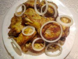 Жаренная курица в сковороде