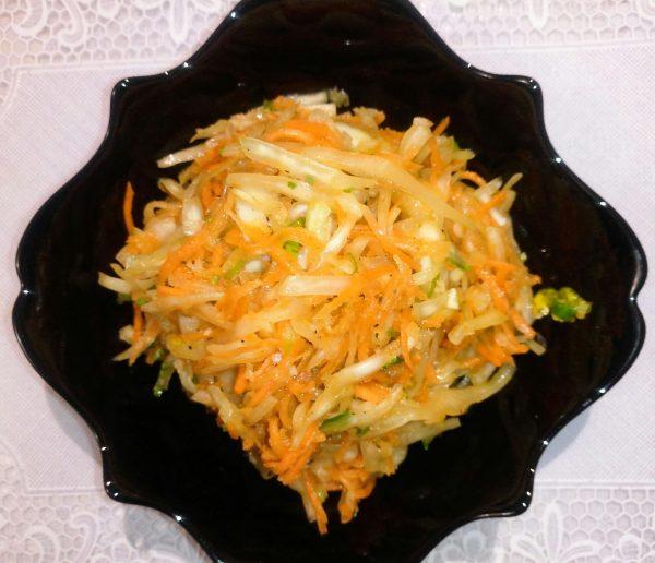 Салат из свежей капусты со свежей морковью (по-корейски).