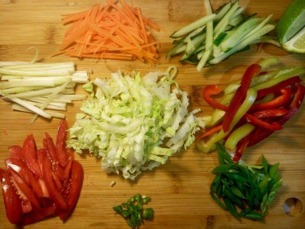 Тёплый салат по тайски с курицей и овощами