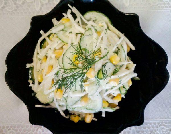 Весенний салат с капустой, огурцами и кукурузой