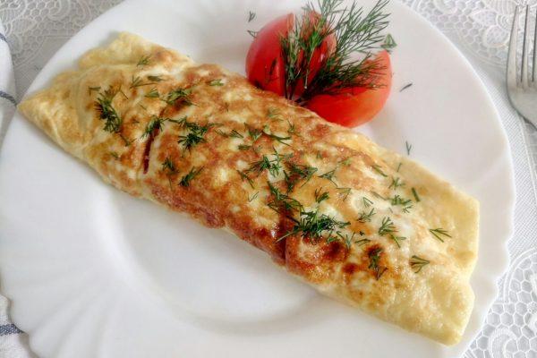 Омлет с колбасой и сыром на сковороде рецепт