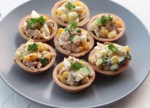 салат с консервированным тунцом в тарталетках рецепт