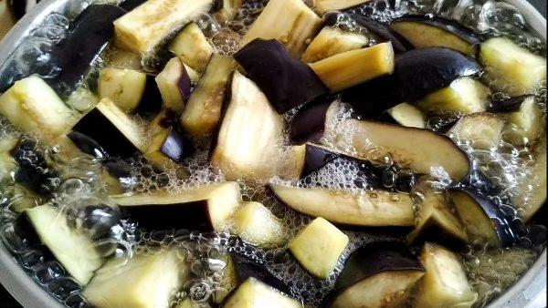 Для корейского салата из баклажан нужно пробланшировать баклажаны