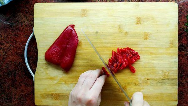 Свежий красный болгарский перец для баклажан по-корейски нарезать соломкой
