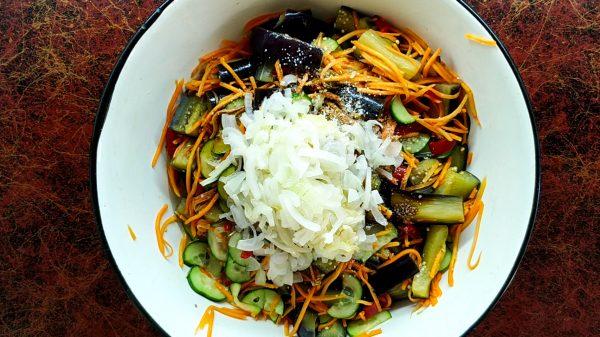 Баклажаны с овощами заправим ароматными специями.