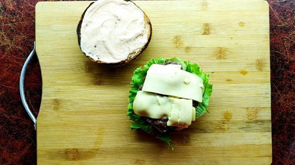 Булочка, котлета и сыр для бургера