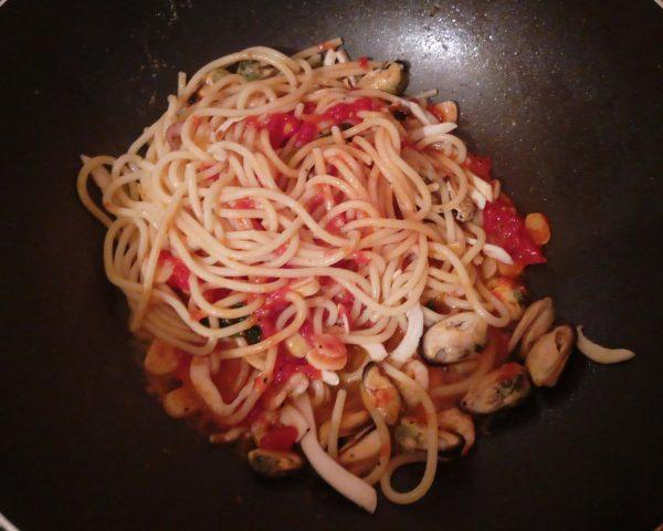 Паста с морепродуктами в томатном соусе наполи