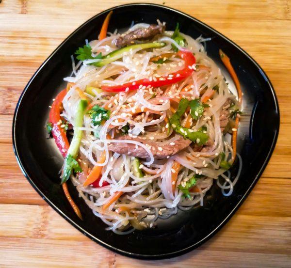 Салат фунчоза (фунчеза) с овощами и мясом по-корейски