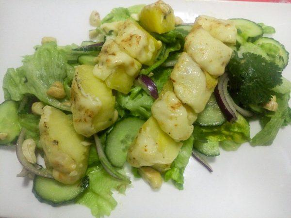 Салат с ананасом, сыром и соусом гуакамоле.