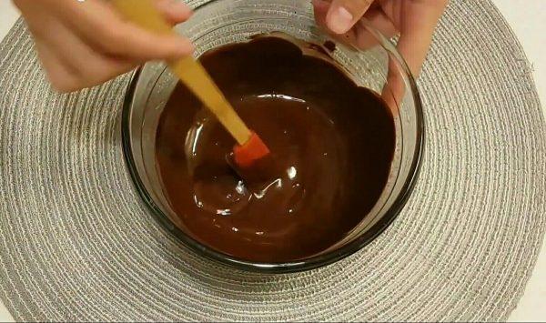 Бисквитно кокосовый рулет с шоколадной глазурью и малиновой начинкой