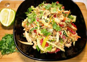 Салат по тайски с курицей и овощами