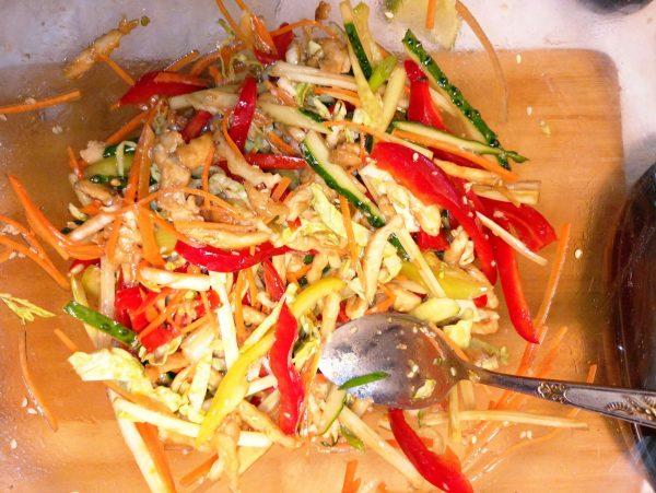Тёплый салат по тайски с курицей и овощами рецепт