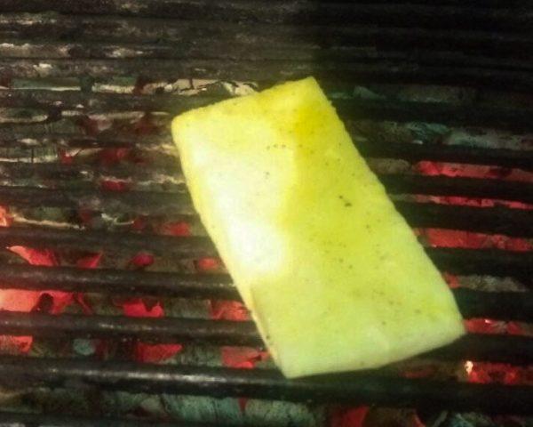 Салат с ананасом , сыром и соусом гуакамоле