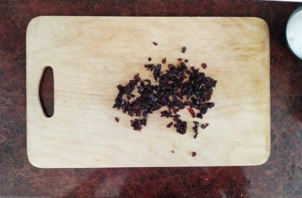 Рулет с грецкими орехами, изюмом и корицей из дрожжевого теста
