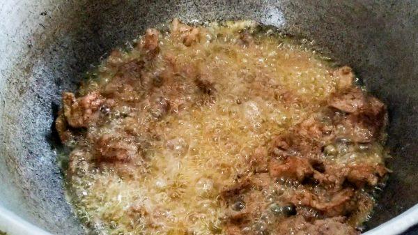 Обжариваем замаринованное мясо для лагмана