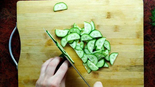 нарезаем свежие огурцы для баклажан по-корейски