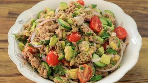 Салат из консервированного тунца и авокадо рецепт