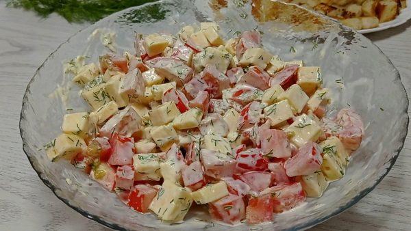 """Салат """"Смак"""" с помидорами, сыром и сухариками рецепт с фото"""