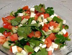 Салат с авокадо, огурцом и помидорами и сыром фетакса рецепт